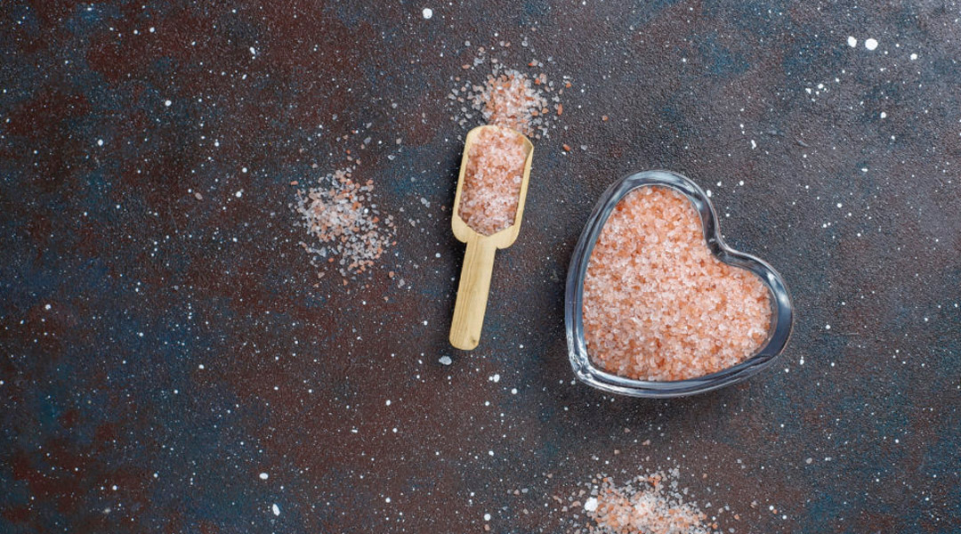 O sal rosa do Himalaia é melhor que o sal comum?